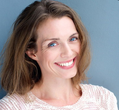 Graži moteris po dantų protezavimo